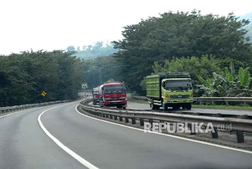 Kendaraan melewati ruas tol Tangerang-Merak, Banten. ilustrasi (Republika/Wihdan)