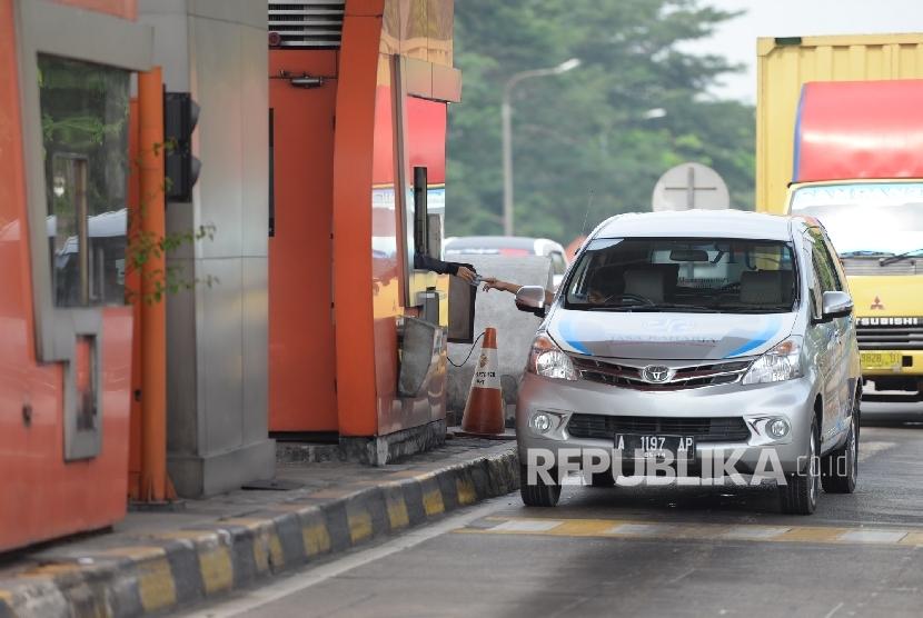 Kendaraan melewati ruas tol Tangerang-Merak, Banten, Senin (20/6).  (Republika/Wihdan)