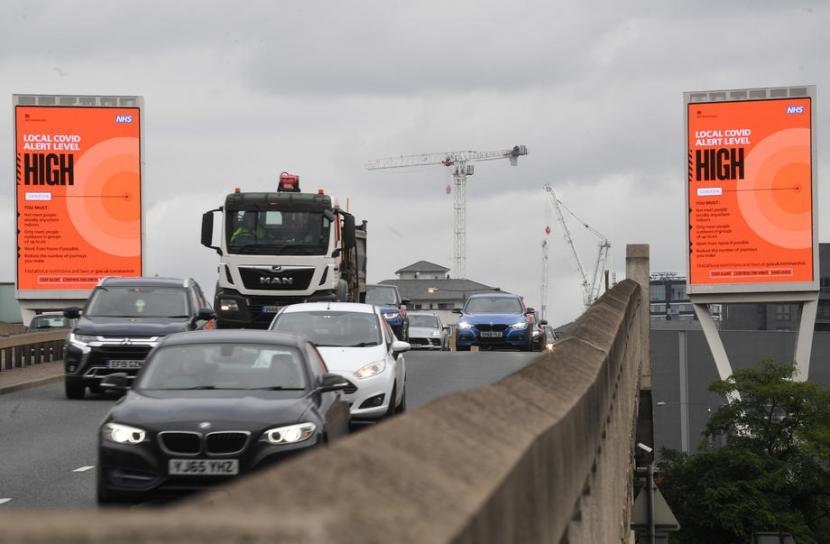 Kendaraan melintas di dekat Canary Wharf, London, Inggris. Inggris kekurangan supir truk bahan bakar sehingga memengaruhi rantai pasokan. Ilustrasi.