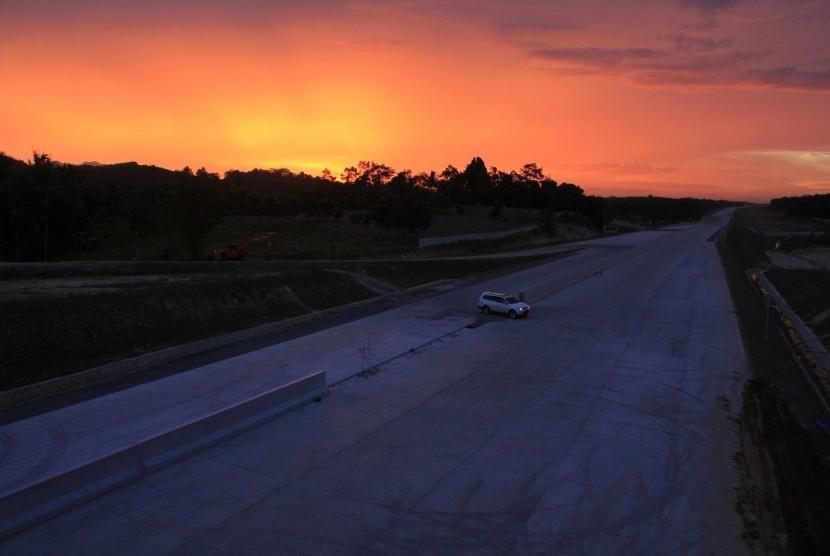 [ilustrasi] Kendaraan melintas di lokasi pembangunan Jalan Tol Trans Sumatera Seksi II Ruas Sidomulyo-Kota Baru di Desa Sabah Balau, Lampung Selatan, Lampung, Minggu (16/4).