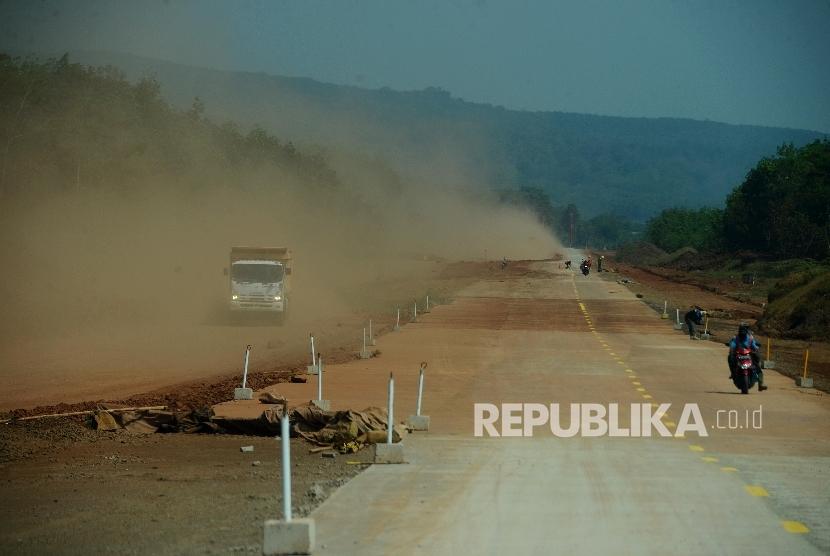 Kendaraan melintas di ruas tol Pemalang-Batang, daerah Banyuputih, Batang, Jawa Tengah, Sabtu (10/6).