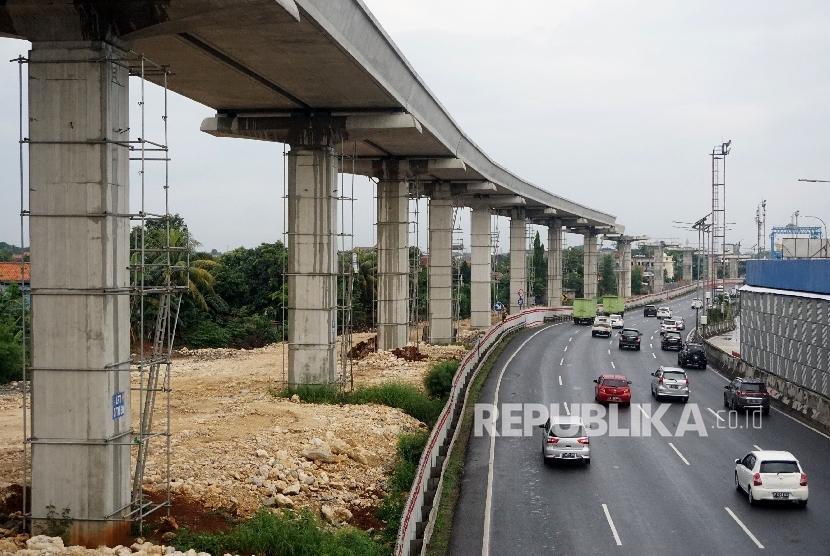 Kendaraan melintas di samping proyek infrastruktur transportasi. (ilustrasi)