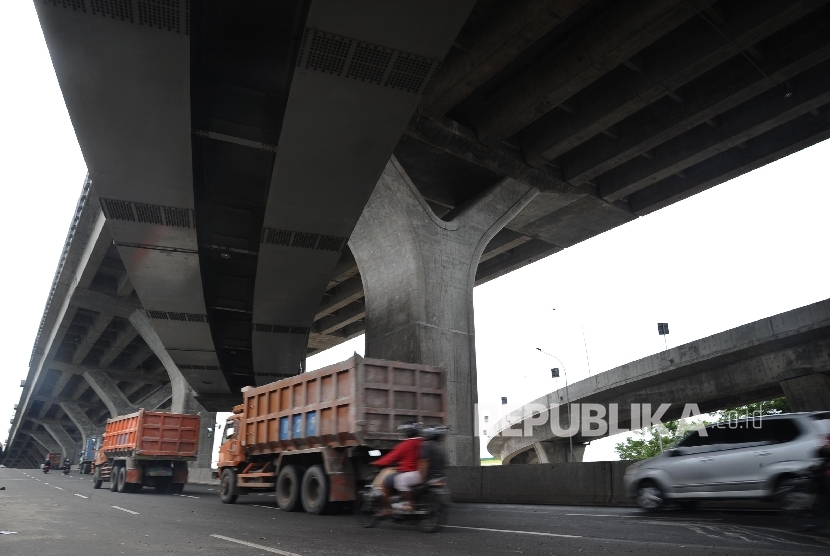 Kendaraan melintas dibawah pembangunan tol JORR Tanjung Priok-Cilincing, Jakarta, Ahad (9/10).