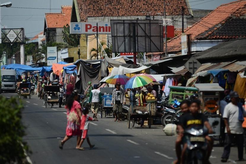 Kendaraan melintasi pasar tumpah yang berpotensi menimbulkan kemacetan saat arus mudik. (Ilustrasi)