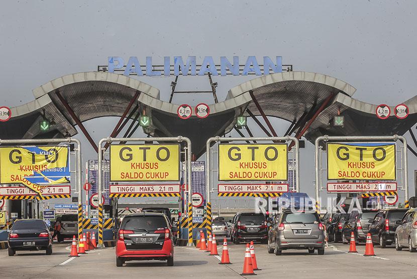 Kendaraan memasuki Gerbang Tol (GT) Palimanan di Cirebon, Jawa Barat, Jumat (8/6).
