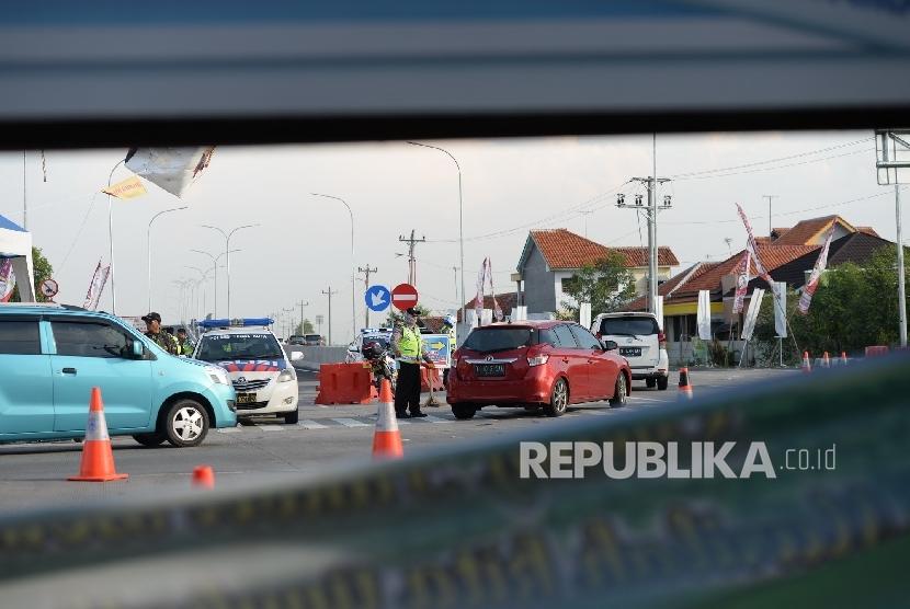 Kendaraan memasuki pintu Tol Brebes Timur-Pejagan, Brebes, Jawa Tengah. ilustrasi (Republika/Wihdan Hidayat)