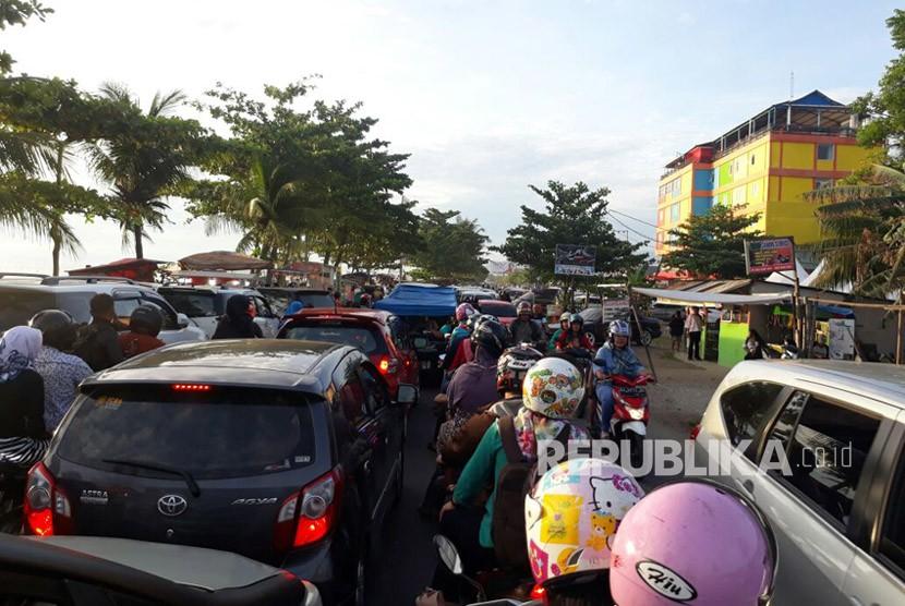 Kendaraan menumpuk di sepanjang Jalan Samudra atau kawasan Pantai Padang, Selasa (19/6) sore.