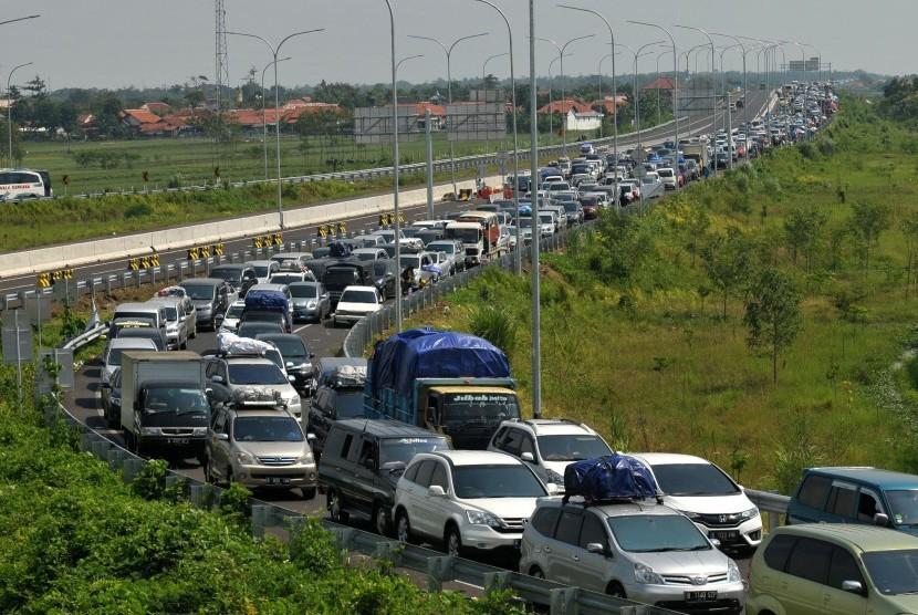 Kendaraan pemudik antre menuju gerbang exit tol Pejagan-Brebes Timur, Jawa Tengah, Sabtu (2/7). Puncak arus mudik pada H-4 Lebaran volume kendaraan yang melintas tol meningkat dibandingkan H-5 dan mengakibatkan kemacetan panjang di pintu keluar tol tersebu