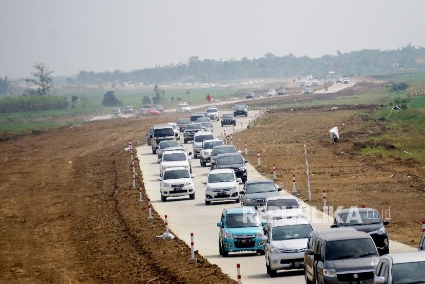 Kendaraan pemudik melintas di tol fungsional Brebes Timur- Gringsing, Jateng, Rabu (21/6).