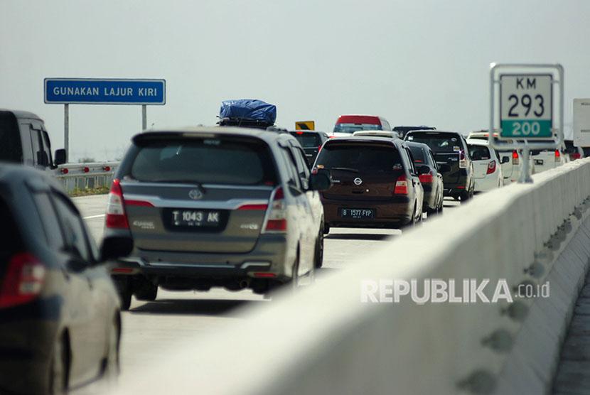 Kendaraan pemudik melintas di tol fungsional Pejagan-Pemalang, Kabupaten Tegal, Jawa Tengah, Rabu (13/6).