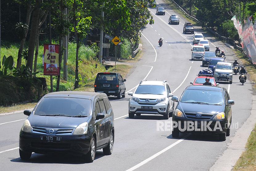 Kendaraan pemudik melintasi jalan nasional Salatiga-Solo di Ampel, Boyolali, Jawa Tengah, Rabu (13/6).