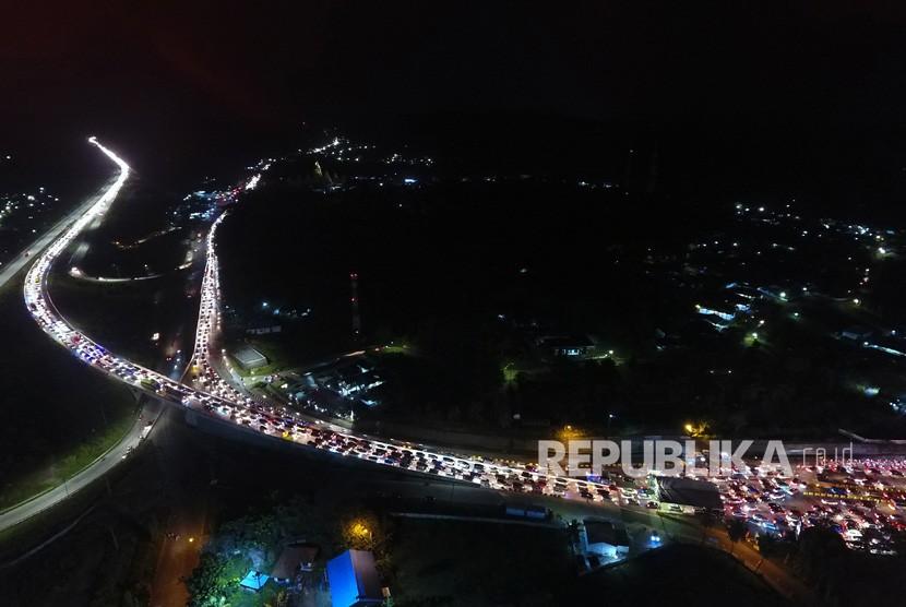 Kendaraan pemudik yang akan menuju pulau Jawa terjebak macet di pintu masuk Pelabuhan Bakauheni Lampung Selatan, Lampung, Ahad (9/6/2019).