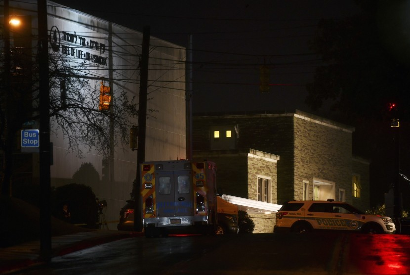 Kendaraan polisi memblokir persimpangan di depan sinagog Tree of Life pada Ahad (28/10), di Pittsburgh, AS, setelah penembakan mematikan sehari sebelumnya.