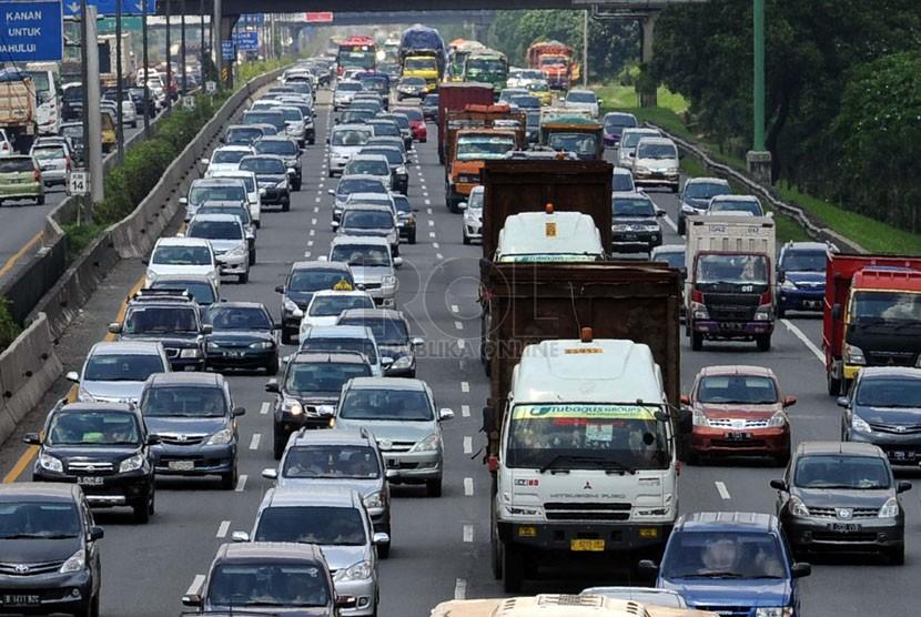 Kendaraan pribadi memadati jalan tol Jakarta-Cikampek km-13, Bekasi, Jawa Barat, Senin (31/3). (Republika/Tahta Aidilla)