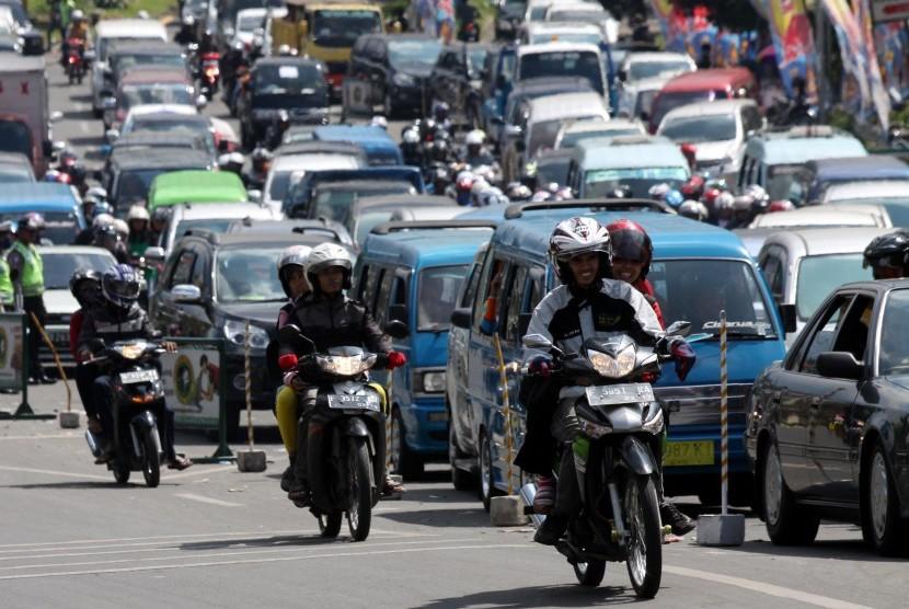Kendaraan roda empat dan roda dua terjebak macet di jalur keluar pintu tol Jagorawi menuju puncak, Ciawi, Bogor, Jabar