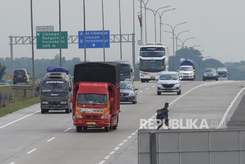 [ilustrasi] Kendaraan roda empat melintas di Jalan Tol Cikampek - Cipali.