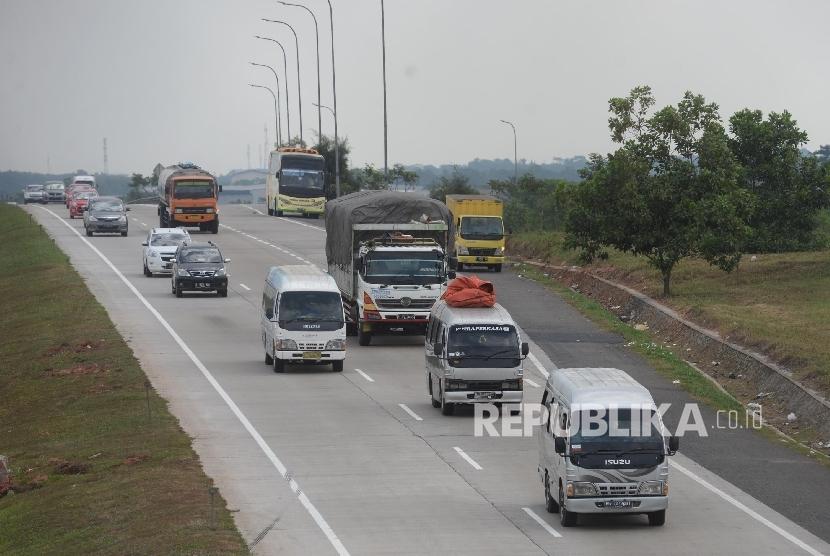 Kendaraan roda empat melintas di Jalan Tol Cikampek - Cipali. ilustrasi