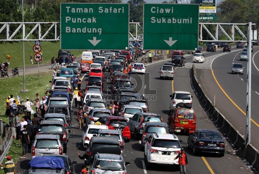 Kendaraan roda empat terjebak macet di jalur keluar pintu tol Jagorawi, Ciawi, Bogor, Jawa Barat, Sabtu (10/8). Kemacetan tersebut akibat tingginya arus wisatawan menuju kawasan wisata Puncak Bogor pada libur Lebaran.