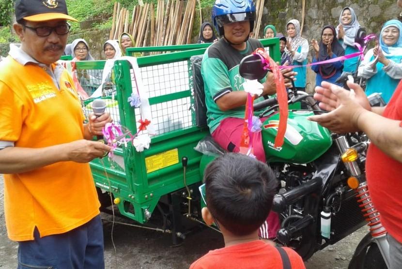 Kendaraan roda tiga bantuan Kementerian Lingkungan Hidup untuk mengangkut sampah.