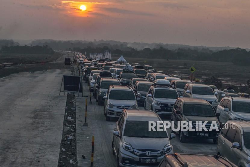 Kendaraan terjebak kemacetan di jalur tol fungsional Batang-Semarang, Batang, Jawa Tengah, Senin (11/6).