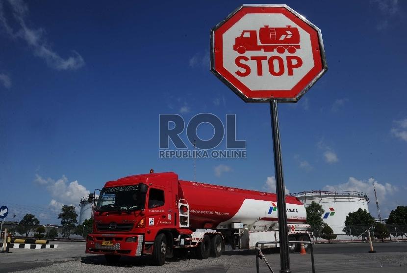 Kendaraan truk berjalan usai mengisi tangki BBM di Depo Plumpang, Jakarta, Jumat (8/1).