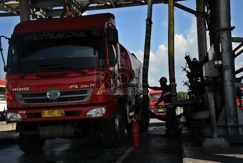 Kendaraan truk sedang mengisi tangki BBM di Depo Plumpang, Jakarta, Jumat (8/1).