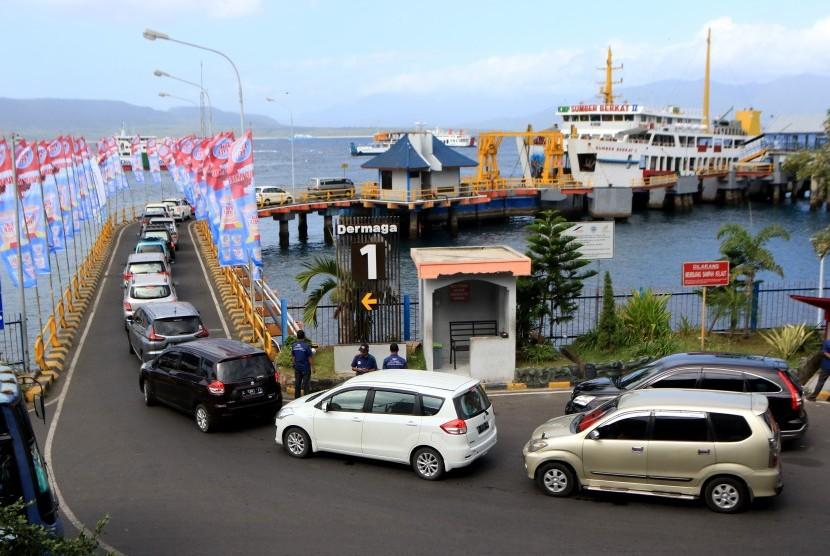 Kendaraan tujuan Pulau Bali mengantre memasuki kapal pelayaran di Pelabuhan Ketapang, Banyuwangi, Jawa Timur, Sabtu (1/6/2019).