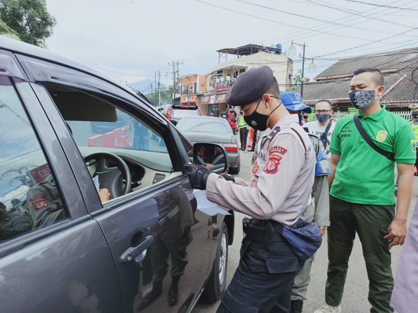Pengadilan Negeri Cianjur, Jawa Barat, mencatat selama PPKM darurat telah menyidangkan 94 kasus pelanggaran tindak pidana ringan (tipiring). PN Cianjur berhasil mengumpulkan denda hingga Rp47,2 juta yang akan diserahkan ke Kas Daerah Provinsi Jawa Barat. (Foto ilustrasi penyekatan di Cianjur)