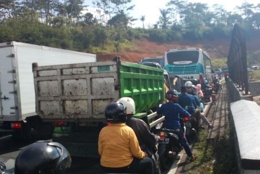 Kepadatan kendaraan di jalur Gentong arah Bandung, Rabu (13/6).
