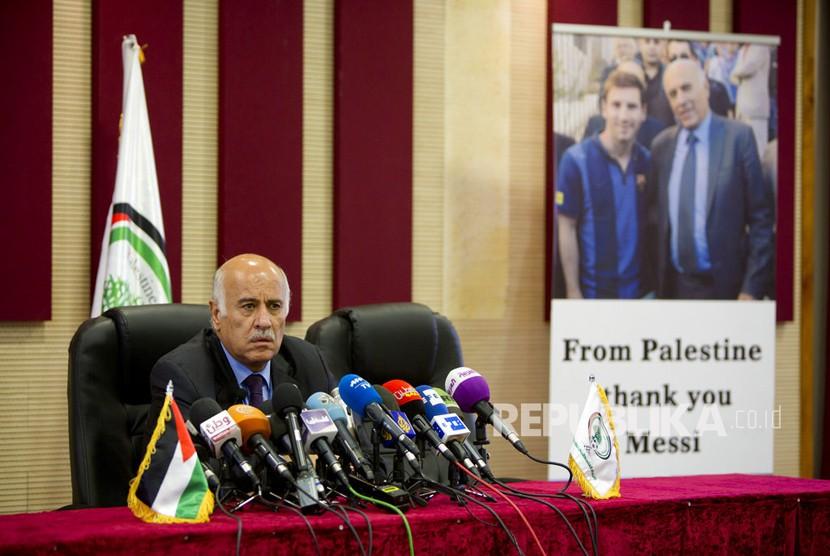 Kepala Asosiasi Sepak Bola Palestina Jibril Rajoub berbicara saat konferensi pers mengenai pembatalan tim sepak bola nasional Argentina atas pertandingan persahabatan pra-Piala Dunia dengan Israel di Yerusalem, di kota Ramallah, Tepi Barat, Rabu (6/6).