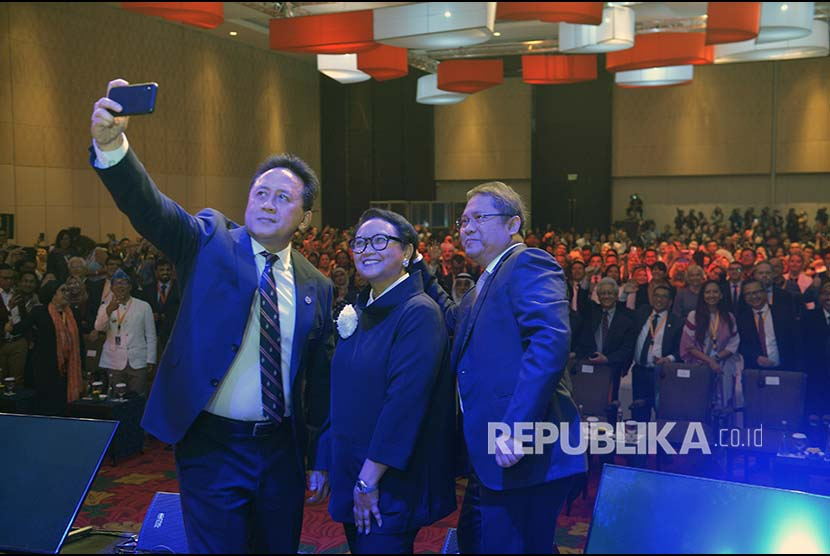Head of the Creative Economy Agency Triawan Munaf (left) along with Foreign Minister Retno LP Marsudi (center) and Minister of Communication and Information Rudiantara take a photo with the background of conference participants at the opening of the International Creative Economy (WCCE) Conference in Nusa Dua, Bali on Wednesday (Nov 7).