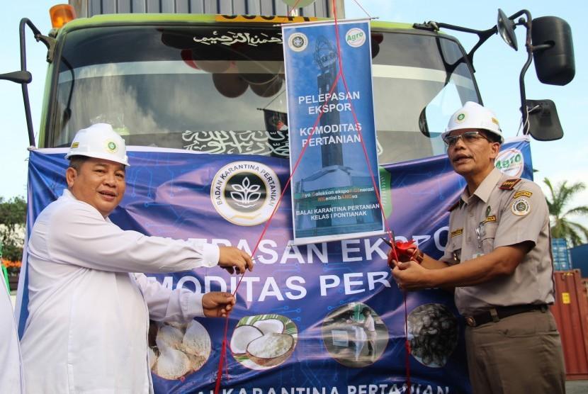 Kepala Badan Karantina Pertanian Ali Jamil (kanan) bersama Asisten I Sekretaris Daerah Kalbar Alex Rombonang (kiri) menggunting pita saat pelepasan ekspor komoditas pertanian di Pelindo II Pontianak, Kalimantan Barat, Rabu (22/5/2019).
