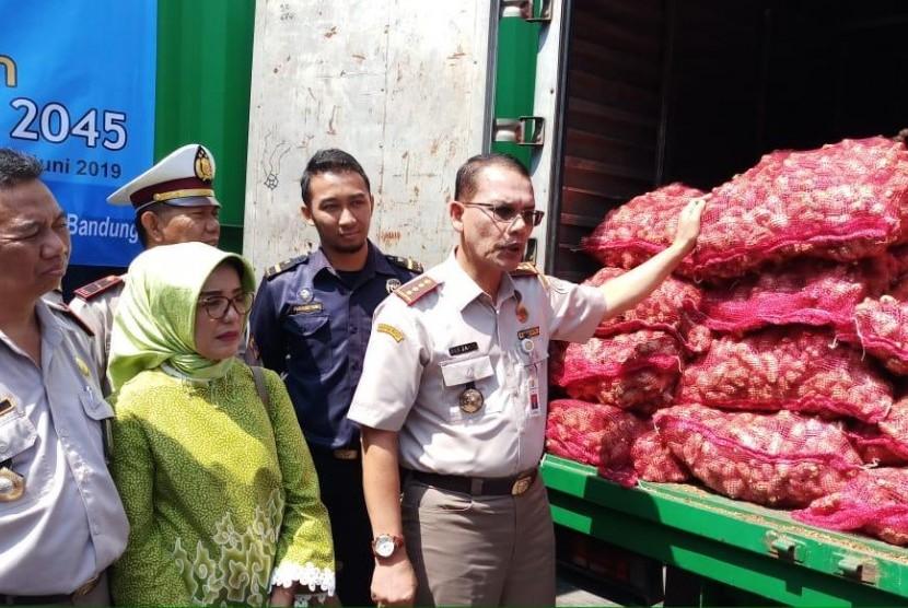 Kepala Badan Karantina Pertanian (Berantan) Ali Jamil (kanan) melepas ekspor jahe dan kopi Kabupaten Bandung