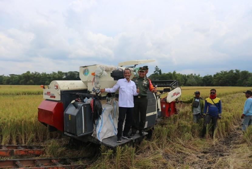 Kepala Badan Ketahanan Pangan Agung Hendriadi  (kanan) menunjukkan mesin pengolah gabah