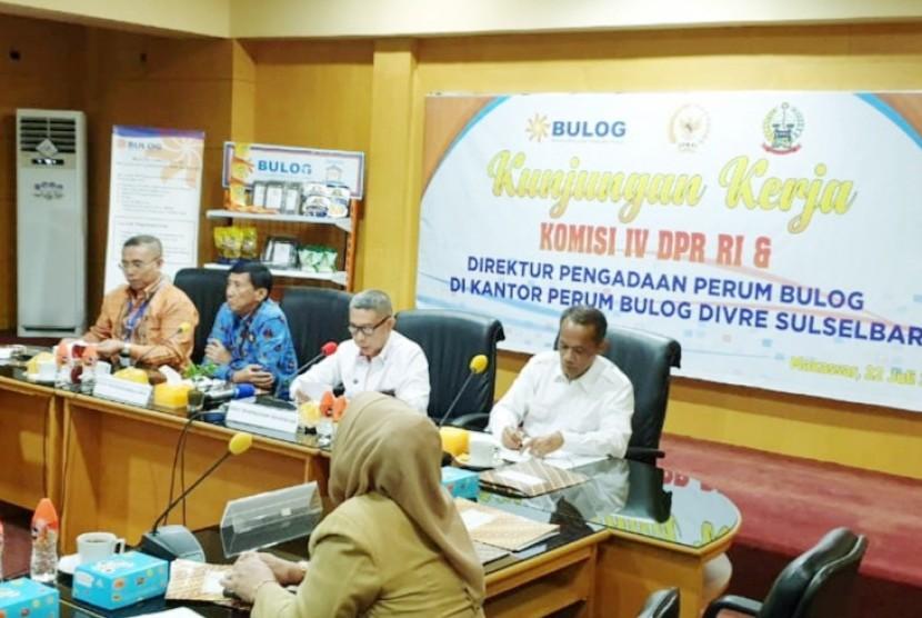Kepala Badan Ketahanan Pangan Agung Hendriadi memberikan arahan tentang stok padi.