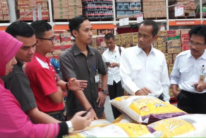 Kepala Badan Ketahanan Pangan (BKP) Kementerian Pertanian (Kementan) Agung Hendriadi saat mengecek ketersediaan dan harga pangan di Palembang, Sumatra Selatan, Rabu (23/5).