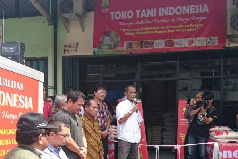 Kepala Badan Ketahanan Pangan Kementerian Pertanian, Agung Hendriadi saat membuka Toko Tani Indonesia (TTI) di Pasar Induk Beras Cipinang (PIBC) Jakarta Timur, Kamis (21/9).