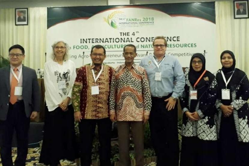 Kepala Badan Ketahanan Pangan Kementerian Pertanian, Agung Hendriadi saat menjadi keynote speaker pada acara an International on Food,Agriculture, and Natural Resources Conference (FANRes) yang digelar di Ballroom Cavinton Hotel, Yogyakarta, Kamis (13/09).
