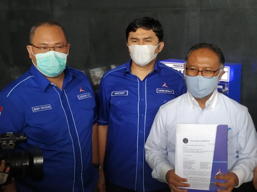 Kuasa Hukum Partai Demokrat Bambang Widjojanto (kanan) menyampaikan keterangan pers kepada media di Pengadilan Negeri Jakarta Pusat, Jumat (12/3).