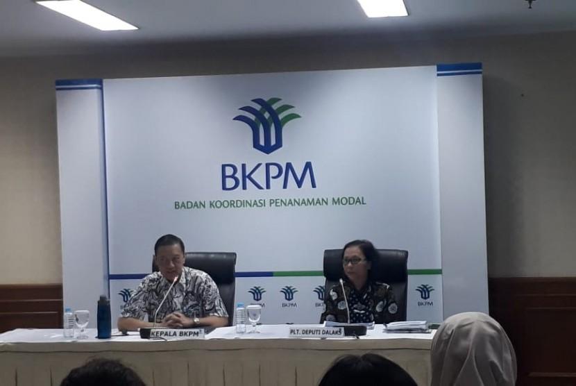 Kepala Badan Koordinasi Penanaman Modal (BKPM) Thomas Lembong (kiri) dan Plt Deputi Bidang Pengendalian Pelaksanaan Penanaman Modal BKPM Farah Ratnadewi Indriani memaparkan realisasi investasi pada kuartal III 2018 di Jakarta, Selasa (30/10).