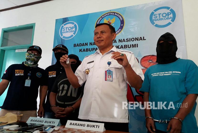 Kepala Badan Narkotika Nasional Kabupaten (BNNK) Kabupaten Sukabumi memperlihatkan barang bukti berupa narkoba jenis sabu-sabu, Selasa(21/3) sore.