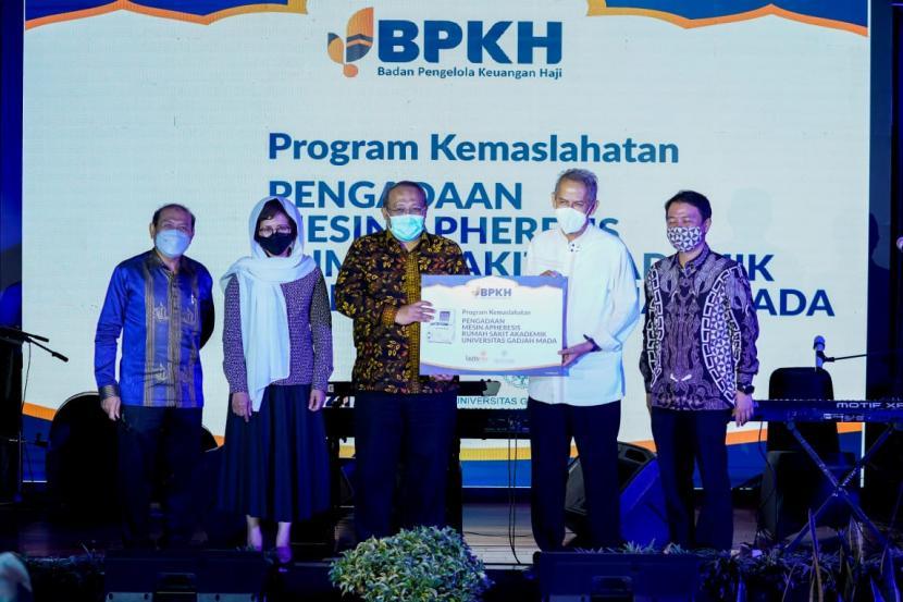 Kepala Badan Pengelola Keuangan Haji (BPKH) Anggito Abimanyu (kedua kanan) melalui LazisMu menyerahkan bantuan berupa alat Apheresis kepada Rumah Sakit Akademik (RSA) UGM di sela-sela Konser bertajuk Hadiahkanlah Nirwana-Mu di Yogyakarta 31 Maret 2021 lalu.