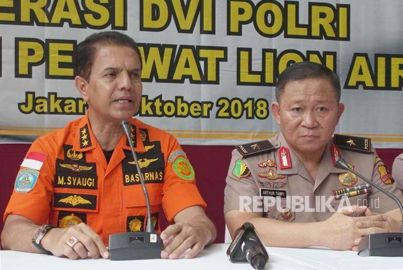 Kepala Badan SAR Nasional Marsekal Madya TNI Muhammad Syaugi (Kiri) dan Kepala Pusdokkes Polri Brigjen Pol Arthur Tampi (kanan) memberikan keterangan pers mengenai kecelakaan pesawat Lion Air JT 610 di RS Polri, Jakarta.