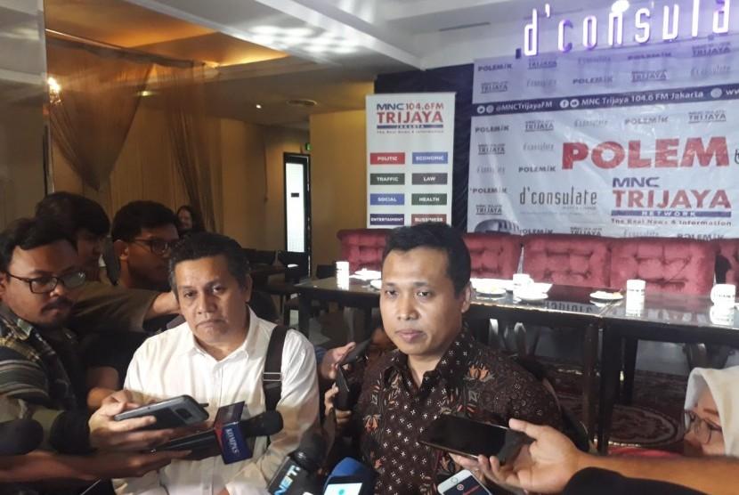 Kepala Bagian Penerangan Umum dan Biro Penerangan Masyarakat Kombes Pol Syahar Diantono (kanan)  saat hadir dalam diskusi bertajuk Sepak Mafia Bola di Menteng, Jakarta, Sabtu (5/1).
