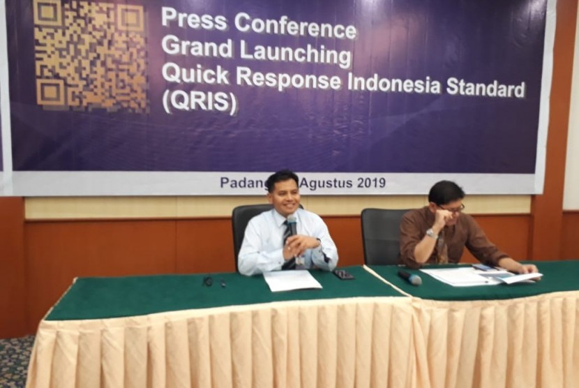 Kepala Bank Indonesia perwakilan Sumbar Wahyu Purnama saat menjelaskan tentang Quick Response Indonesia Standard (QRIS) di Kantor BI Perwakilan Sumbar di Kota Padang, Rabu (21/8)