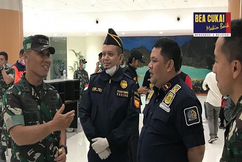 Kepala Bea Cukai Cirebon, Encep Dudi Ginanjar, yang turun langsung dalam mengawasi kedatangan para ABK Diamond Princess bersama pegawai Bea Cukai Cirebon di bagian pelayanan dan pengawasan.