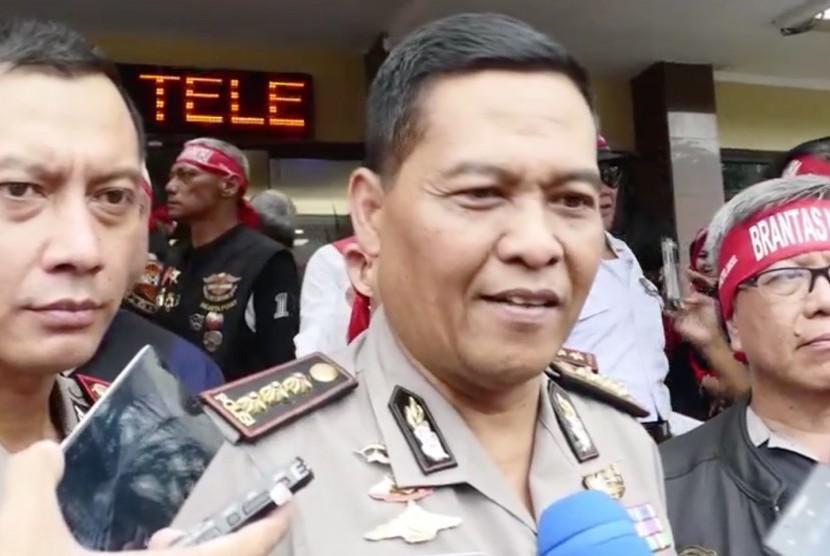 Kepala Bidang Humas Polda Metro Jaya Raden Prabowo Argo Yuwono (tengah)