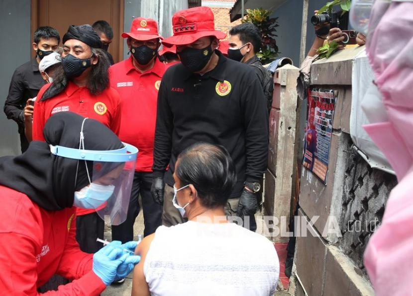 Kepala BIN Jenderal Polisi (Purn) Budi Gunawan bersama pimpinan Pondok Pesantren Umul Quro KH. Syarief Rahmat (kiri) meninjau pelaksanaan vaksinasi COVID-19 dari rumah ke rumah di kawasan Pondok Cabe, Tangerang Selatan, Banten, Ahad (1/8/2021). Vaksinasi yang diadakan Badan Intelijen Negara (BIN) bekerjasama dengan Pemkot Tangsel ini merupakan salah satu cara percepatan vaksinasi di Indonesia.