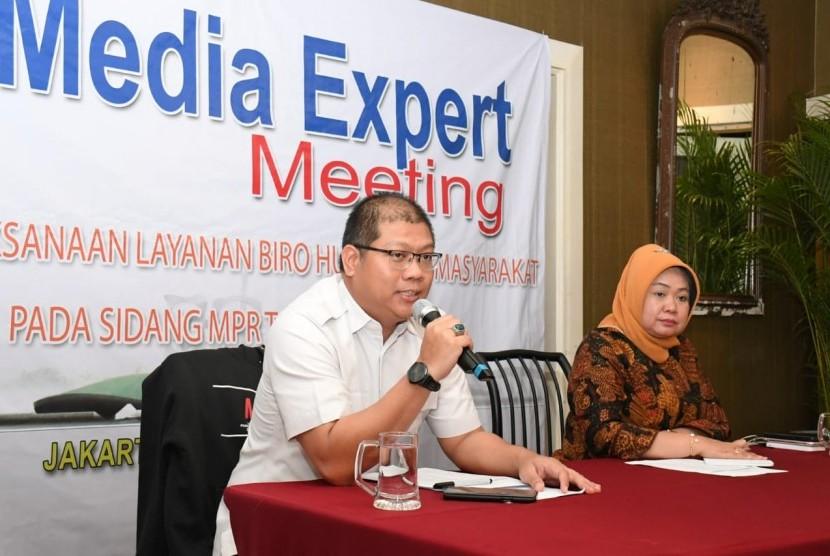 Kepala Biro Humas MPR Siti Fauziah (kanan) dan Plt Kabag Pemberitaan Biro Humas MPR Budi Muliawan dalam Media Expert Meeting, di Jakarta, Rabu (13/11) malam.
