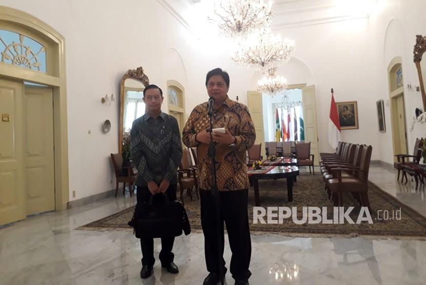 Kepala BKPM Thomas Lembong dan Menteri Perindustrian Airlangga Hartarto memberikan keterangan pers terkait perang dagang Amerika Serikat, di Istana Kepresidenan, Senin (9/7).